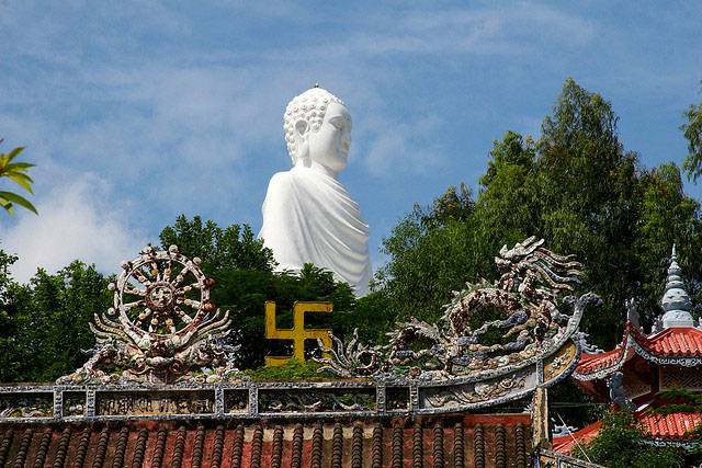 Tuong-Phat-Trang-O-Chua-Long-Son-Nha-Trang